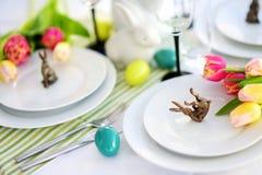 Bel arrangement de table avec la vaisselle et les fleurs pour la célébration de Pâques Images stock