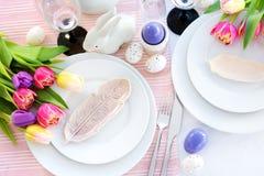 Bel arrangement de table avec la vaisselle et les fleurs pour la célébration de Pâques Photographie stock