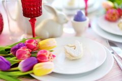 Bel arrangement de table avec la vaisselle et les fleurs pour la célébration de Pâques Photo libre de droits