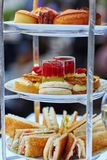 Bel arrangement de table pour la cérémonie de goûter image stock