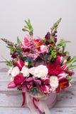 Bel arrangement floral dans une boîte de chapeau Image stock