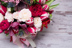 Bel arrangement floral dans une boîte de chapeau Image libre de droits
