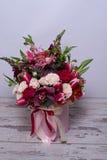 Bel arrangement floral dans une boîte de chapeau Photos libres de droits