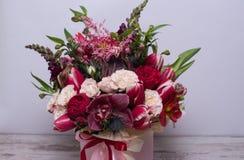 Bel arrangement floral dans une boîte de chapeau Photo libre de droits