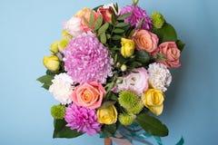 Bel arrangement floral, rose et rose jaune, chrysanthème d'eustoma, vert et rose rose, oeillet blanc, rose photos libres de droits