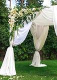 Bel arrangement pour la cérémonie de mariage d'extérieur image libre de droits