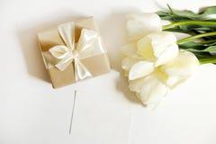 Bel arrangment de fleurs de vacances de ressort Groupe de tulipes blanches en composition de fête, l'espace de copie pour le text photos libres de droits