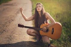 Bel auto-stoppeur hippie avec la guitare images libres de droits
