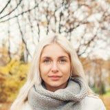 Bel Autumn Woman sur le fond de nature d'automne Image stock