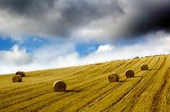 bel ciemnego pola siana dżdżysty niebo Zdjęcie Stock