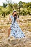 Bel de jeune femme de mannequin d'usage élégant bleu sexy longtemps Photos libres de droits