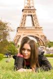bel Eiffel près à dominer jeunes de femme Image libre de droits