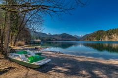 Bel emplacement : Bateau ? un lac idyllique photo stock