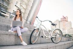 Bel employé de bureau de femme à la pause de midi travaillant sur l'ordinateur portable photo libre de droits