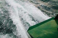 Bel en zeewaterschuimtextuur in oceaanwater van de veerboot straalmacht wanneer het aanvang van de motor stock afbeelding