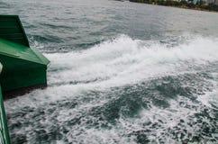 Bel en zeewaterschuimtextuur in oceaanwater van de veerboot straalmacht wanneer het aanvang van de motor stock afbeeldingen