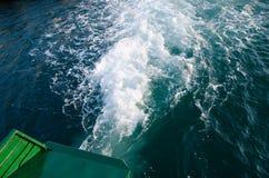 Bel en zeewaterschuimtextuur in oceaanwater van de veerboot straalmacht wanneer het aanvang van de motor stock foto