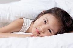 Bel enfant asiatique fixant sur le lit photos libres de droits