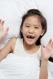 Bel enfant asiatique fixant sur le lit photo stock