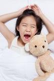 Bel enfant asiatique fixant sur le lit image stock