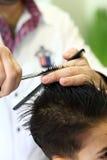 Bel enfant au coiffeur Photos stock