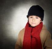 Bel enfant avec le chapeau d'écharpe et de laine Photographie stock libre de droits