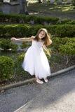 Bel enfant dans la robe blanche jouant à l'extérieur photographie stock libre de droits