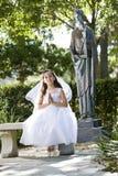 Bel enfant dans la robe blanche se reposant sur le banc Images stock