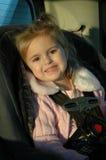 Bel enfant en bas âge dans le siège de véhicule Photographie stock libre de droits