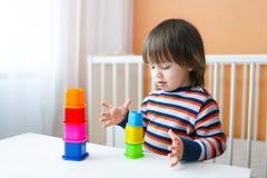 Bel enfant en bas âge jouant le constructeur Photographie stock