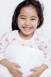 Bel enfant fixant sur le lit photographie stock libre de droits