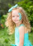 Bel enfant heureux de fille avec le maquillage d'aqua sur l'anniversaire en parc Concept de célébration et enfance, amour Photos libres de droits