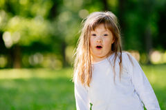 Bel enfant heureux souriant dehors Image stock