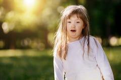 Bel enfant heureux souriant dehors Photos stock