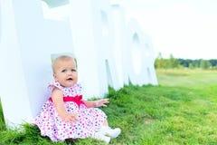 Bel enfant heureux sur le plancher d'herbe avec la lettre Images libres de droits