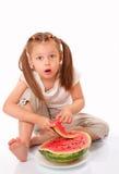 Bel enfant mangeant la pastèque Photos stock