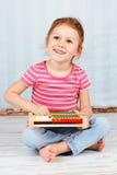Bel enfant préscolaire tenant l'abaque et le sourire Images libres de droits