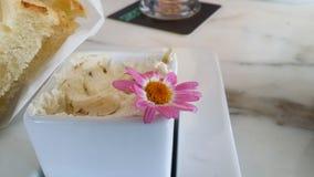 Bel ensemble de rose de fleur et blanc dans la diffusion de beurre et grill? photographie stock