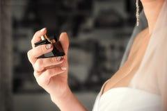 Bel ensemble de ` s de femmes et d'accessoires de mariage du ` s de mari? Matin du ` s de jeune mari?e Bouquet du ` s de jeune ma image stock