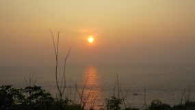 Bel ensemble de Sun chez Rumassala Sri Lanka photo stock
