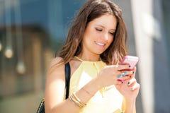 Bel envoi de femme sms Photographie stock