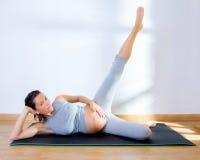 Bel exercice de forme physique de gymnastique de femme enceinte Photographie stock