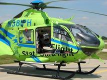 Bel hélicoptère à trajectoire aérienne d'hélicoptère sanitaire de l'armée de stat Eurocopter EC135P Photos libres de droits