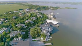 Bel hôtel sur le lac, hôtel moderne sur le lac, bel hôtel banque de vidéos