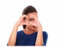 Bel hispanique faisant des gestes un signe d'amour Image stock