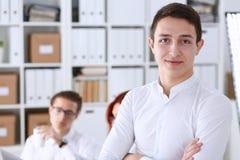 Bel homme de sourire d'affaires sur le lieu de travail Image stock