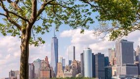Bel horizon de Lower Manhattan encadré par l'île des Gouverneurs Photographie stock libre de droits