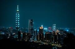 Bel horizon de Taïpeh la nuit Le gratte-ciel de Taïpeh 101 a comporté taiwan photo libre de droits