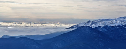 Bel horizontal avec des montagnes Images libres de droits