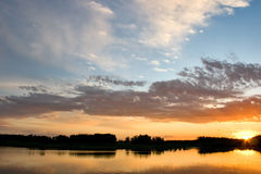 Bel horizontal avec la forêt et le lac dans le coucher du soleil Photo libre de droits